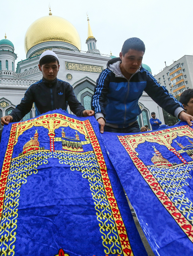 Since the Russian capital's mosques cannot accommodate all worshippers, many believers listen to the festive sermon on the streets.