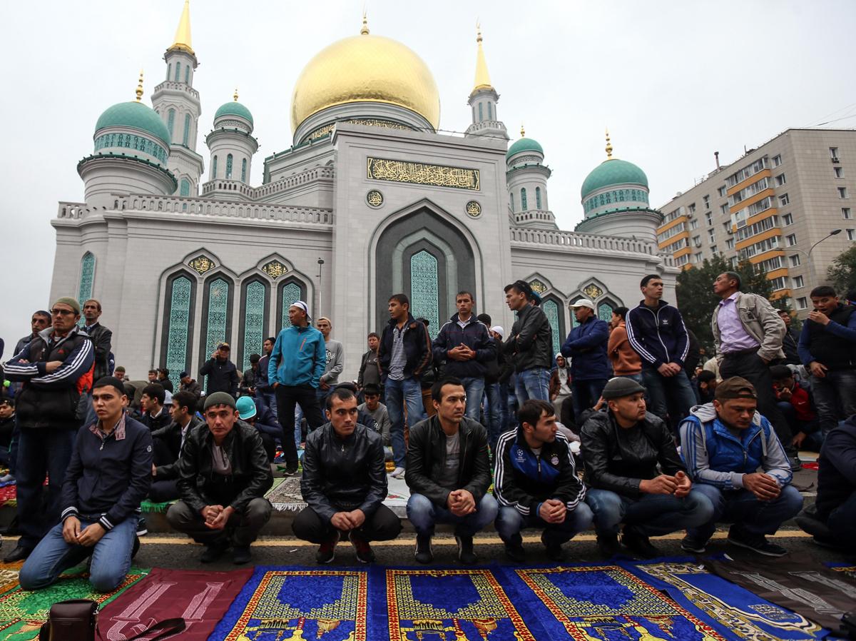 Tatarstan, Bashkortostan, Chechnya, Adygea, Karachay-Cherkessia, dan Krimea — wilayah-wilayah yang mayoritas penduduknya bergama Islam — telah menetapkan hari ini sebagai hari libur.