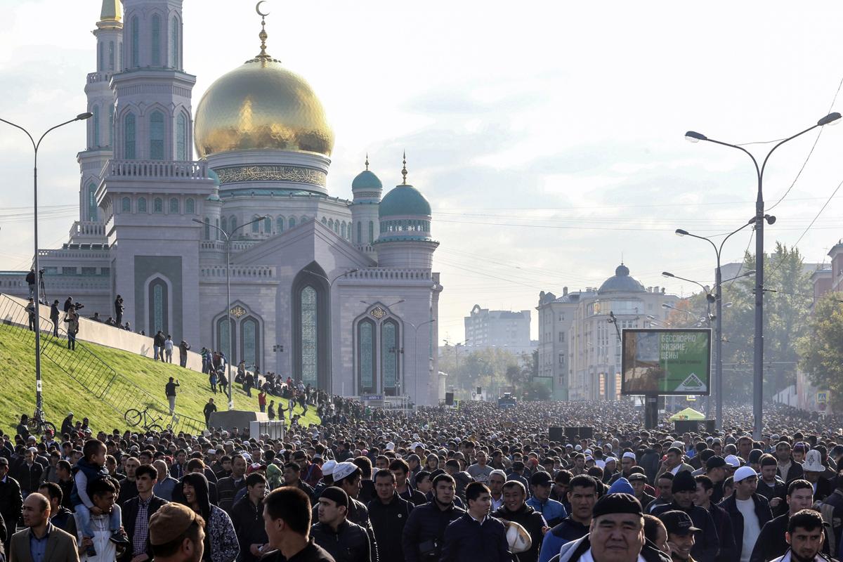 Ribuan umat Islam merayakan Hari Raya Idul Adha di Moskow pada 12 September 2016.