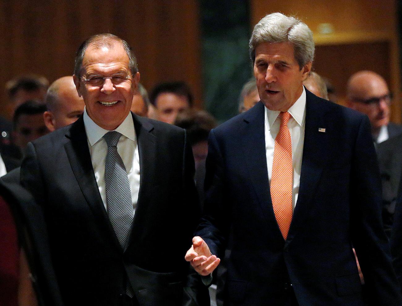 Da sinistra, il ministro russo degli Esteri Sergej Lavrov e il segretario di Stato americano John Kerry.