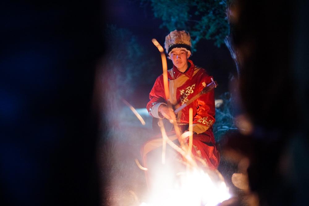 Un jeune en vêtements traditionnels. Crédit: Anton Petrov