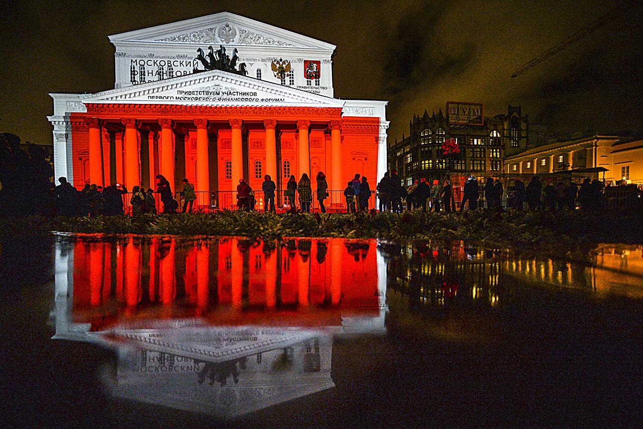 """Гледачи во текот на Московскиот меѓународен фестивал """"Круг светлина"""" пред зградата на театарот """"Бољшој"""" во Москва."""