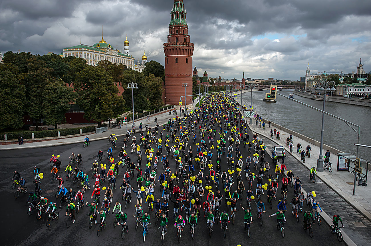 The participants of the XI Moscow Autumn bike parade near the Kremlin.