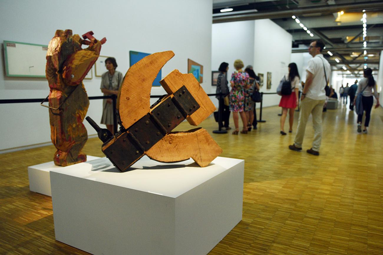Les visiteurs de l'exposition « Kollektsia ! » au Centre Pompidou.