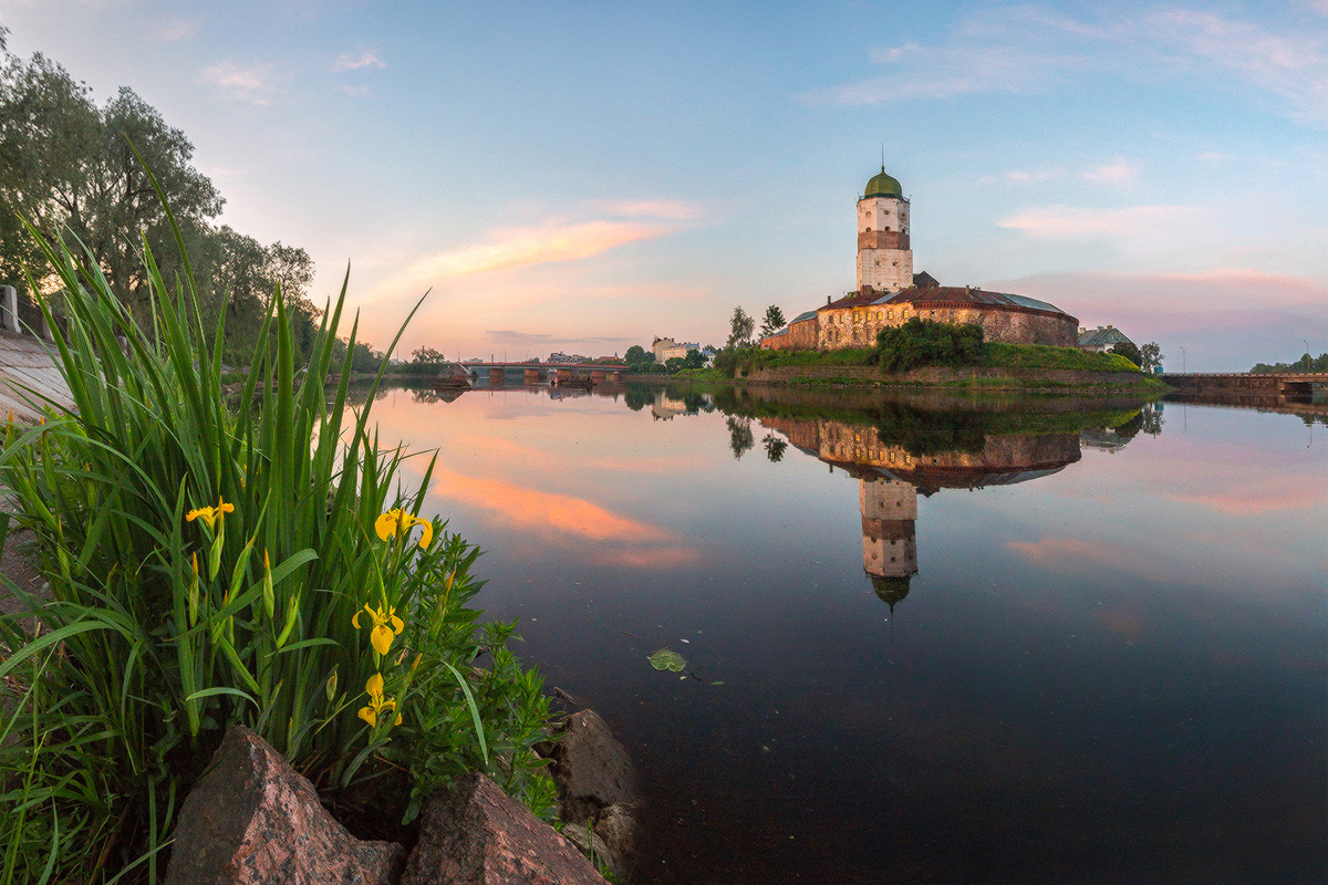 Zemlja kristalno čistih jezera. Na ovim su planinama skrivene tisuće jezera. Najveće je jezero Teleckoje, smješteno visoko u planinskim vrhovima i okuženo tajgom. To je također i jedno od najdubljih jezera u Rusiji i na svijetu (> 325 m).