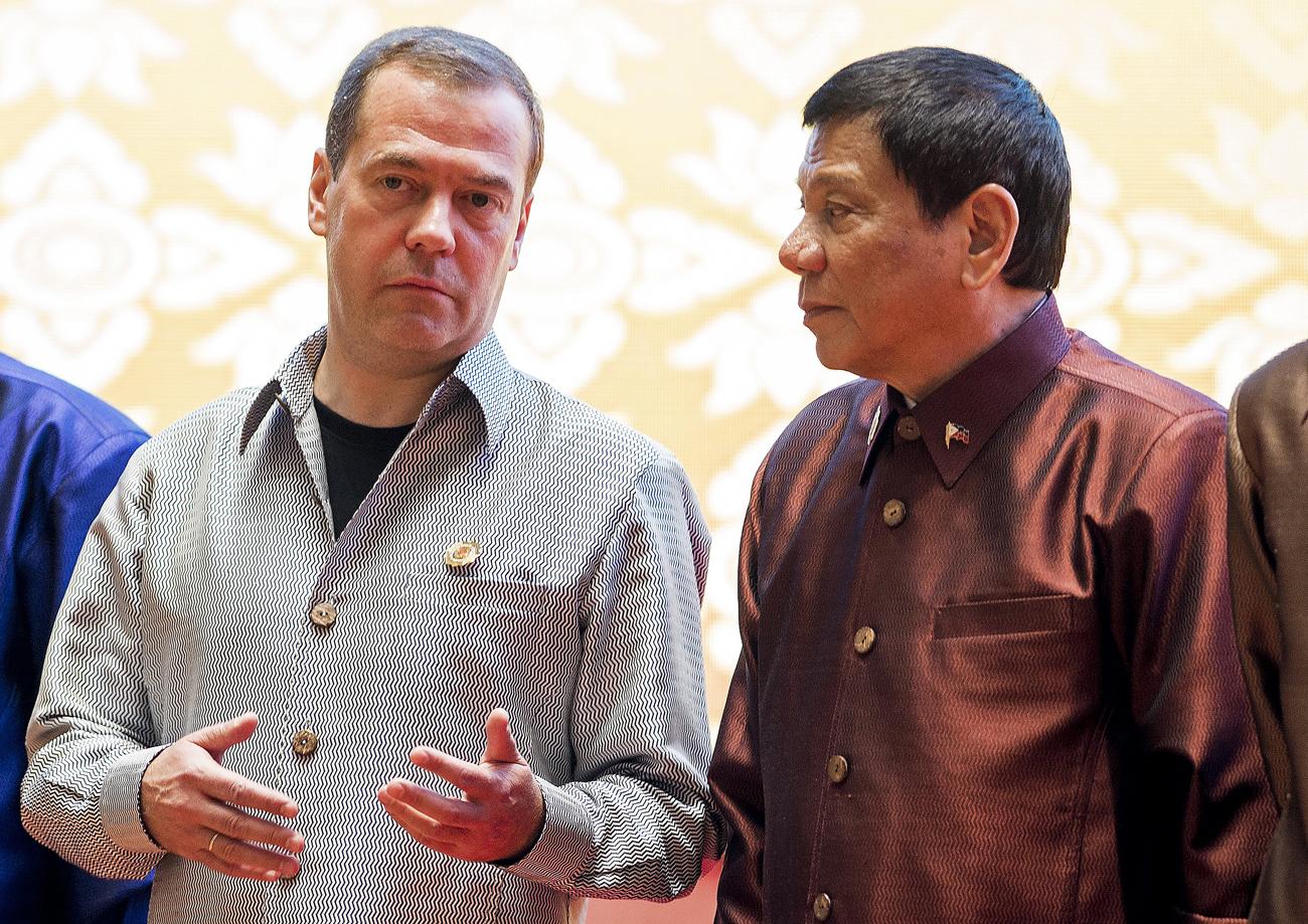 Perdana Menteri Rusia Dmitry Medvedev (kiri) berbincang dengan Presiden Filipina Rodrigo Duterte.
