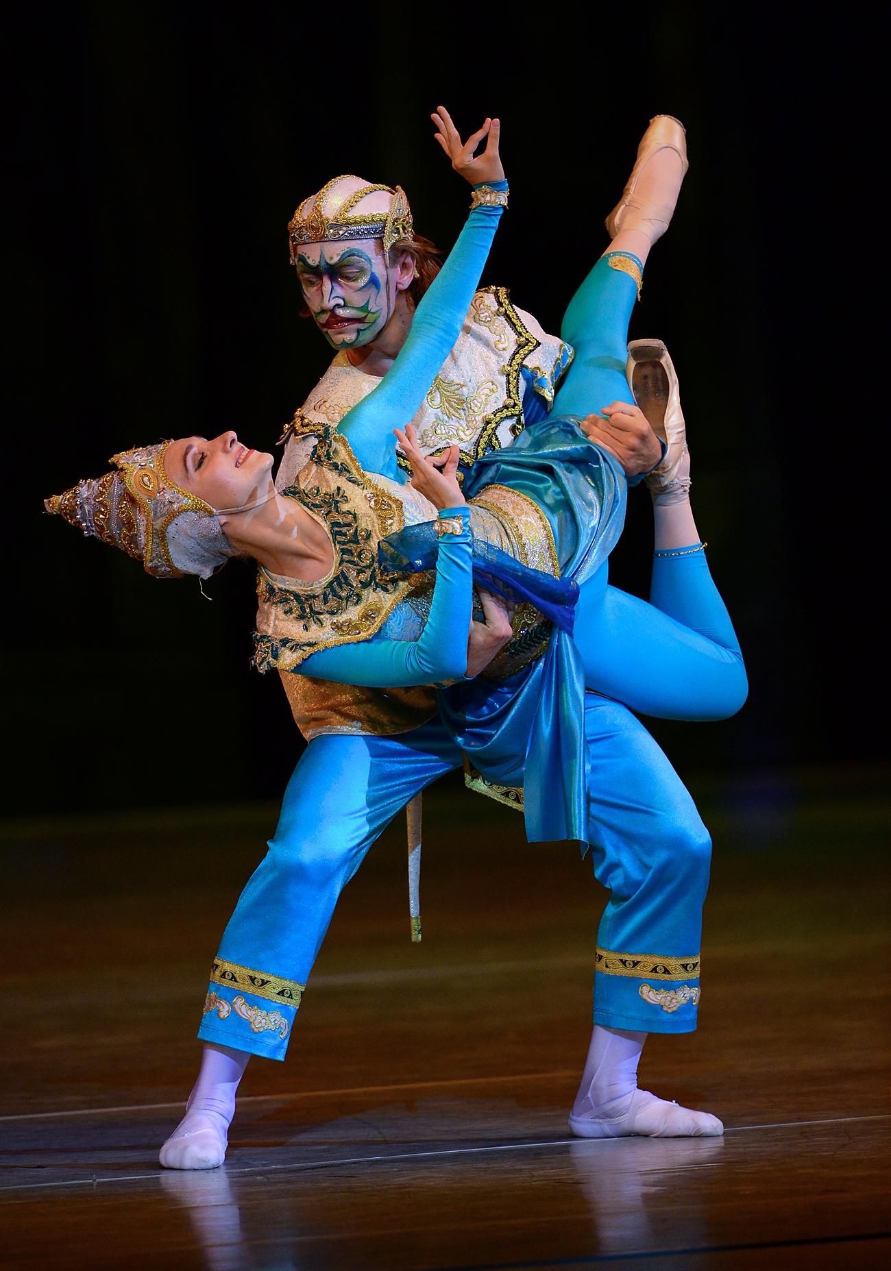 "Penari balet Kirill Yermolenko dan Alisa Aslanova memetaskan tari balet ""Katya dan Pangeran Siam"" pada acara pembukaan Festival Balet Internasional IV di Kremlin. Sumber: Vladimir Vyatkin/RIA Novosti"