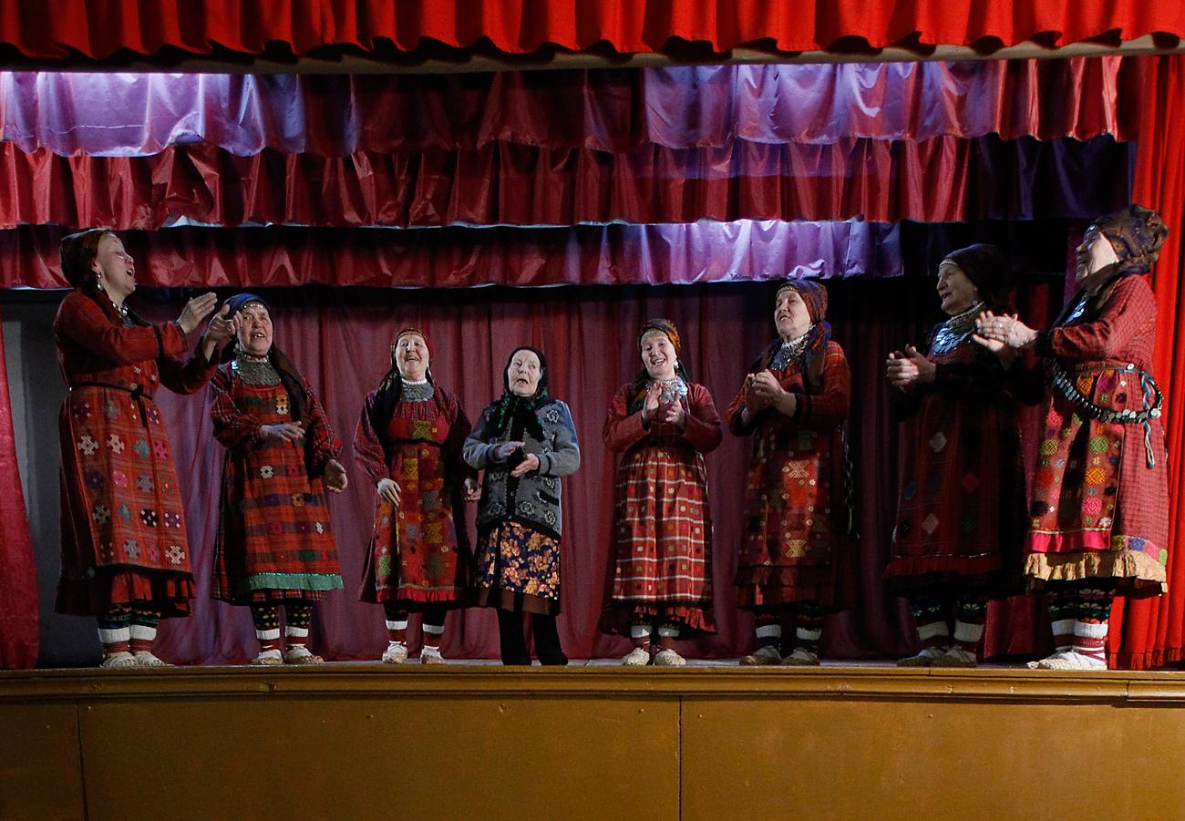 """""""Бурановски баби"""" репетират в селския клуб в Бураново."""
