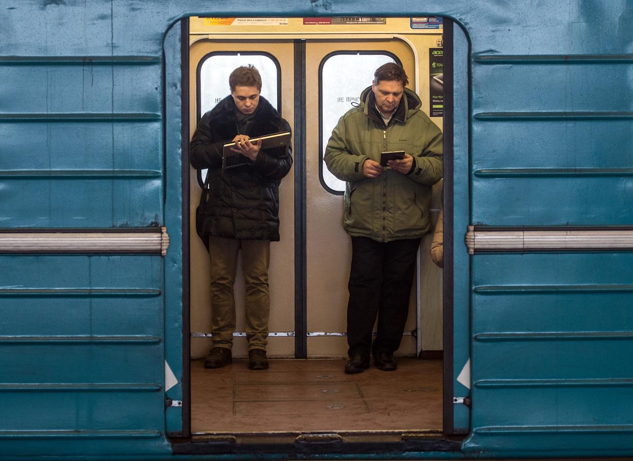 Passeggeri navigano su internet nella metro di Mosca, dove è presente un servizio di Wi-Fi gratuito.