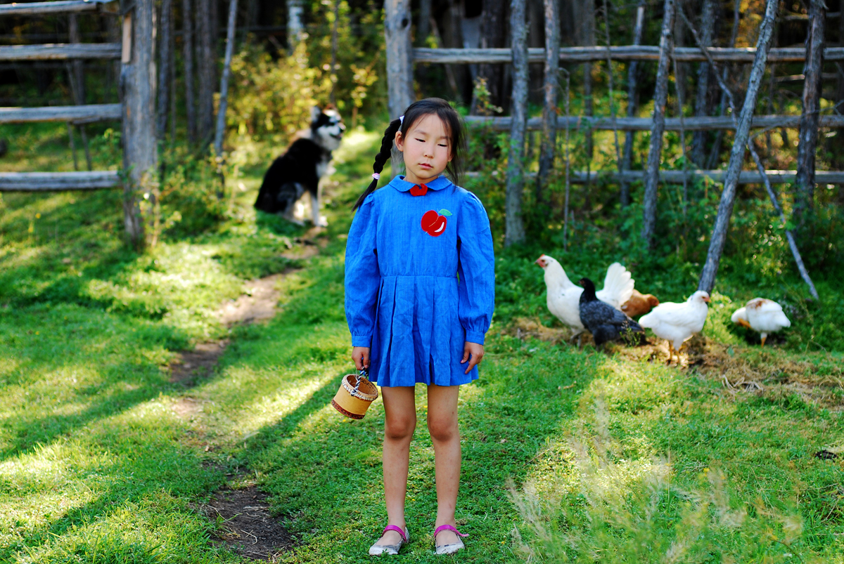 Die Fotografin ist in der russischen Teilrepublik Sacha geboren und aufgewachsen. Letzten Sommer kehrte sie in ihre Heimat zurück, um die Spuren ihrer Kindheit in Bildern einzufangen. Das Mädchen auf den Fotos stellt die kleine Ayar im Alter von sieben dar.