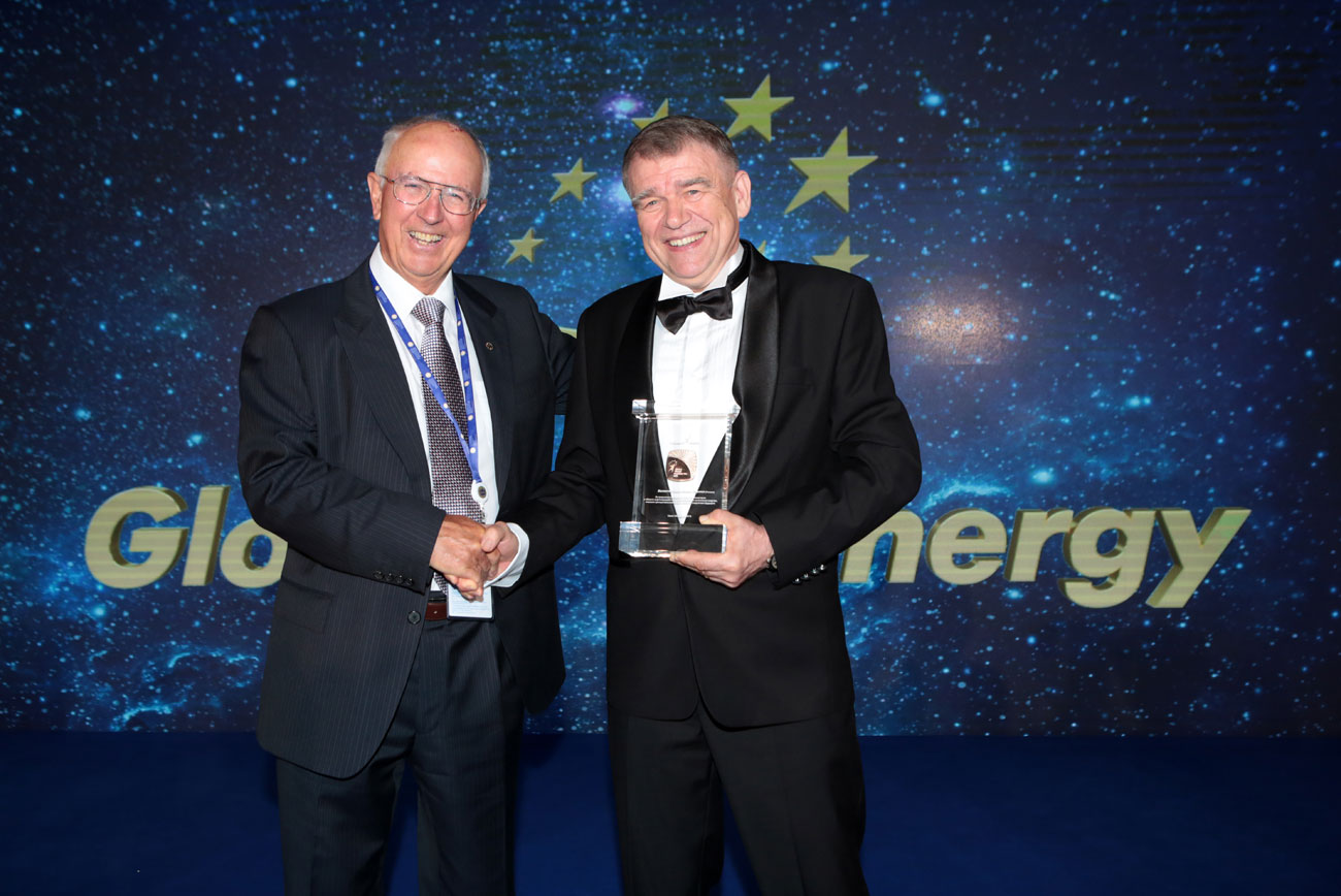 Winning science: Rodney John Allam (L), chair of the Global Energy Prize committee, and Prof. Valentin Parmon, this year's winner.