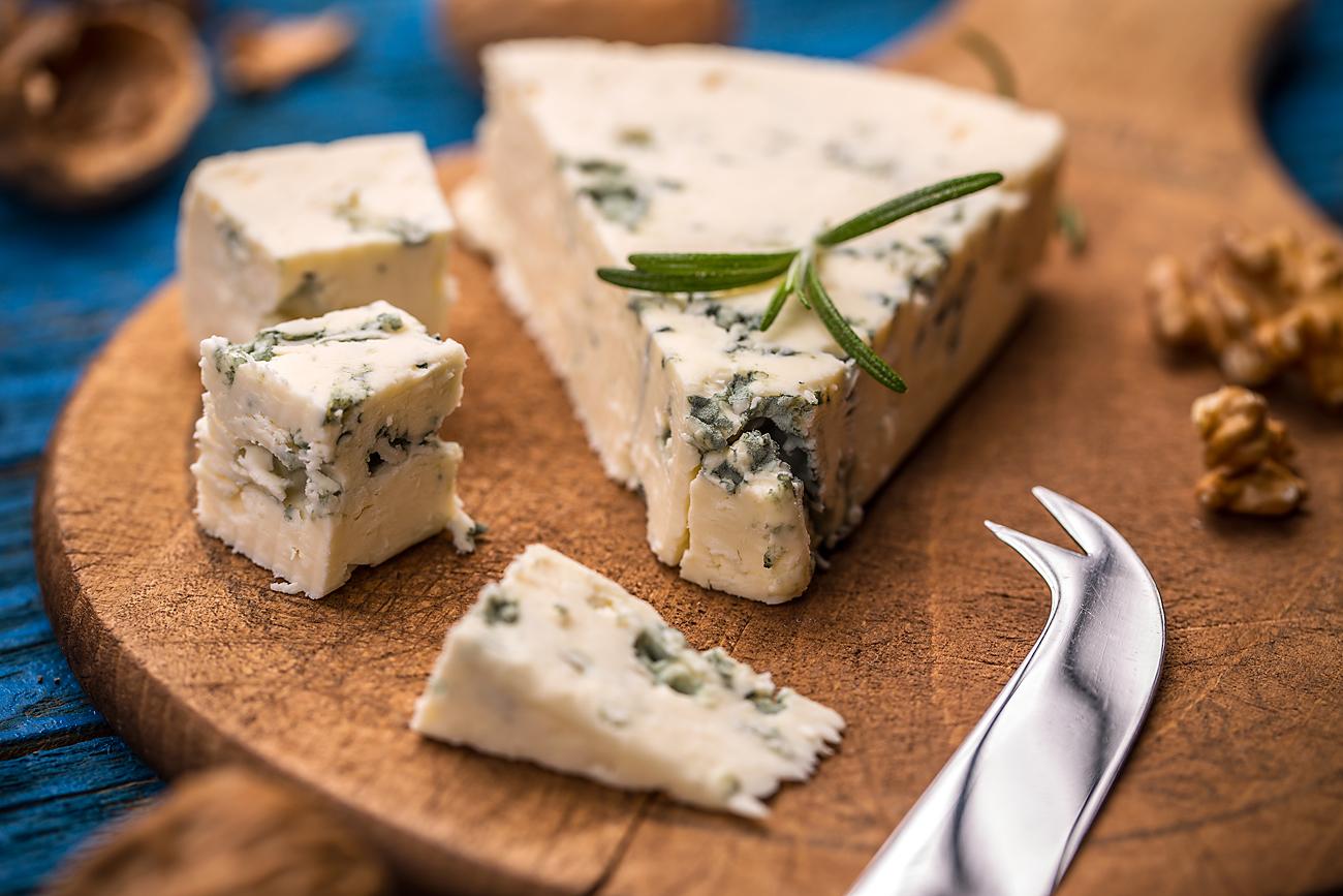 Le nouveau bleu russe est préparé uniquement à base de lait, sel et agents de moisissure.