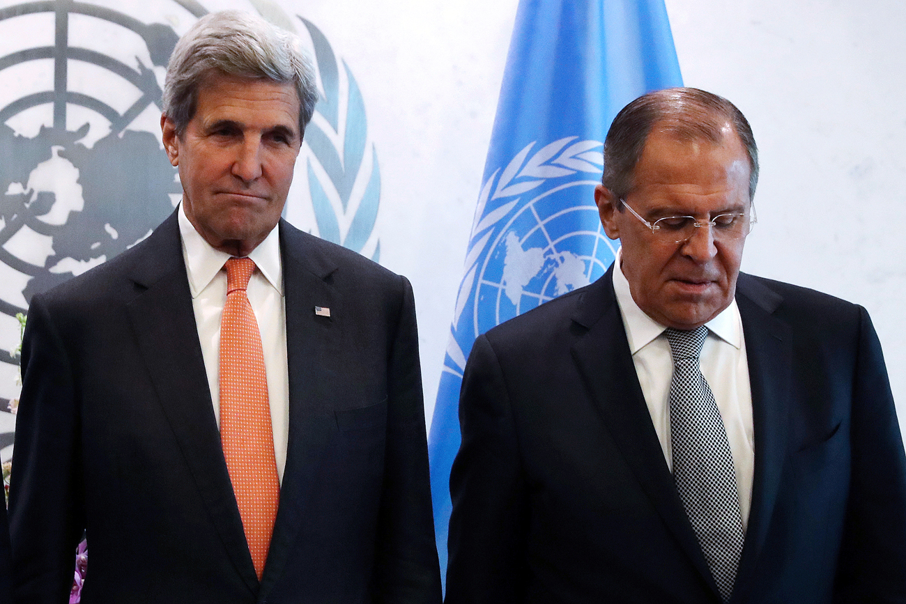 John Kerry in Sergej Lavrov.