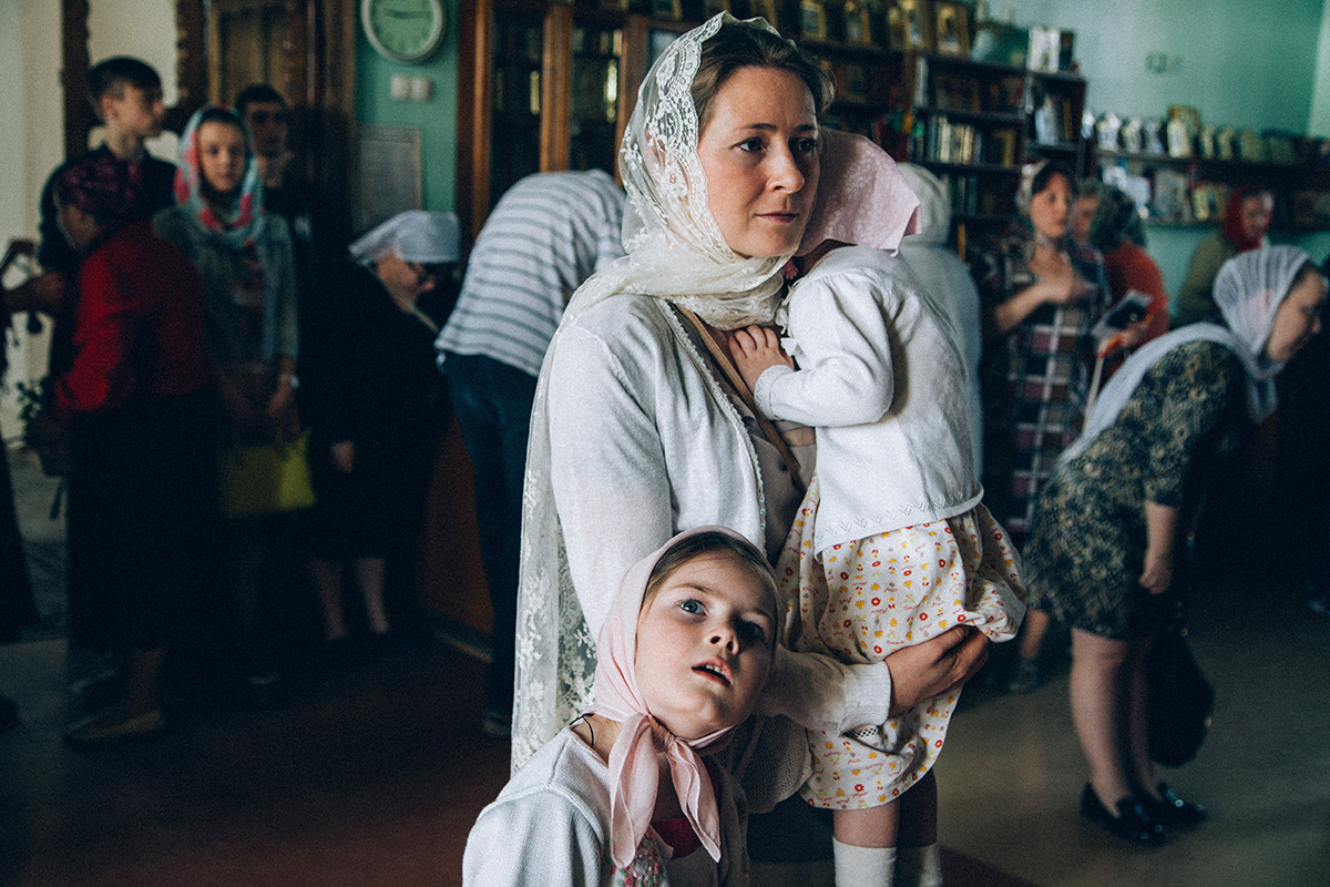 Alina et Sergueï sont mariés depuis 15 ans. Ils vivent dans la petite ville russe de Iaroslavl, près de Moscou. Sergueï est un ataman cosaque, alors que sa femme Alina s'occupe principalement de leurs enfants.