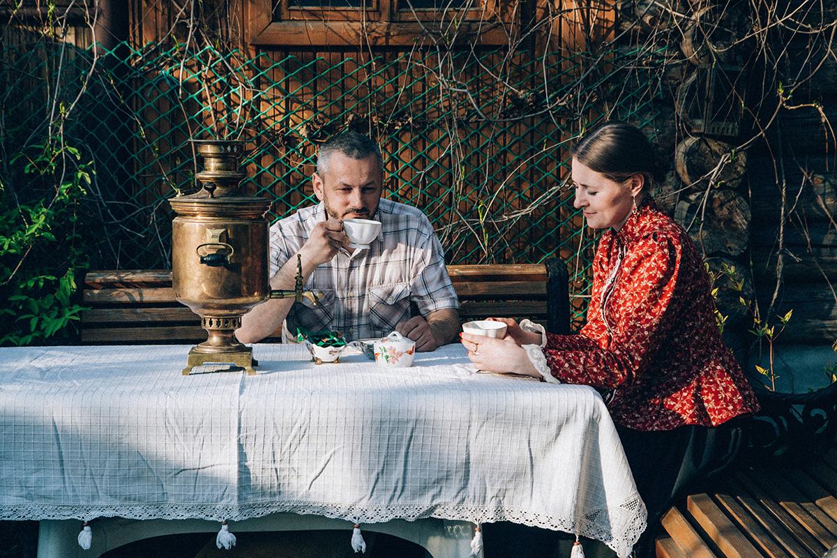 « La femme doit craindre son mari » est l'une de ces règles qui décrit la hiérarchie familiale. Sergueï ne la prend pas au pied de la lettre, mais pense qu'une femme doit respecter son mari et ne doit jamais le contredire ; les enfants aussi doivent être obéissants.