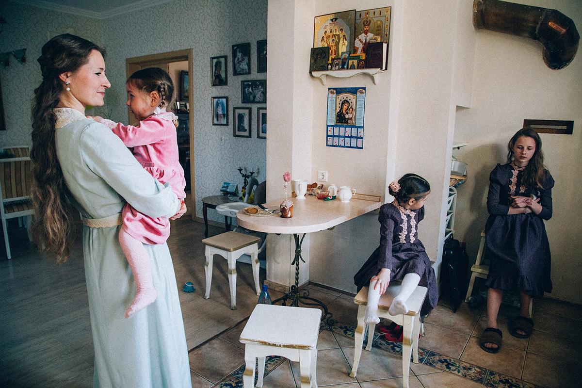 Alina raconte qu'elle a toujours été inspirée par la beauté des bals russes, les habits opulents des dames et les traditions de la Russie impériale. La famille suit passionnément certaines règles et traditions des siècles précédents.