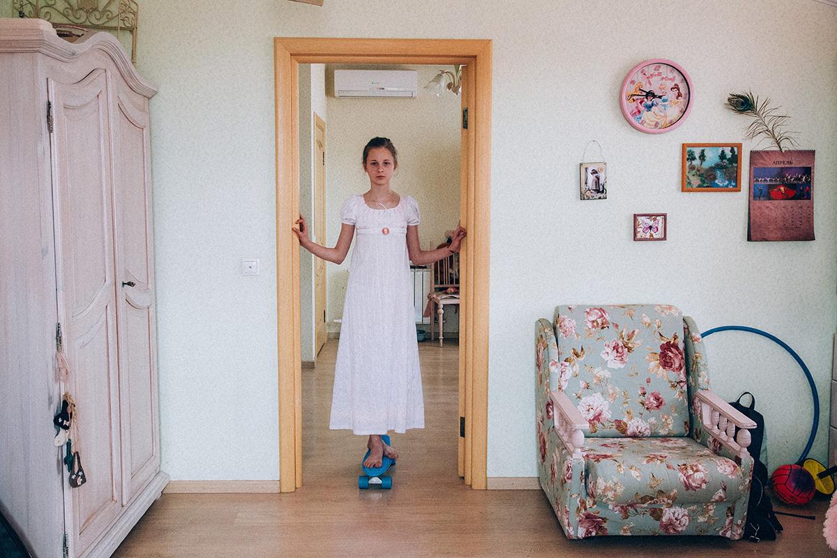 La maison d'Alina et de Sergueï est soigneusement meublée pour refléter leur amour pour les siècles passés. Certains meubles sont modernes, mais les lourds rideaux, les nappes blanches et les pieds ornés révèlent ce qui leur est vraiment cher.