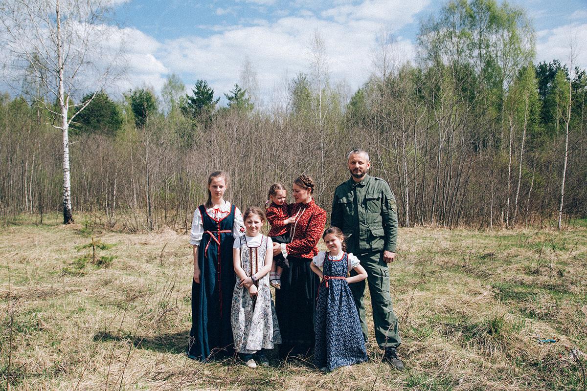 """Сергей, главата на семейството, съжалява, че книгата """"Домострой"""" вече не е модерна."""