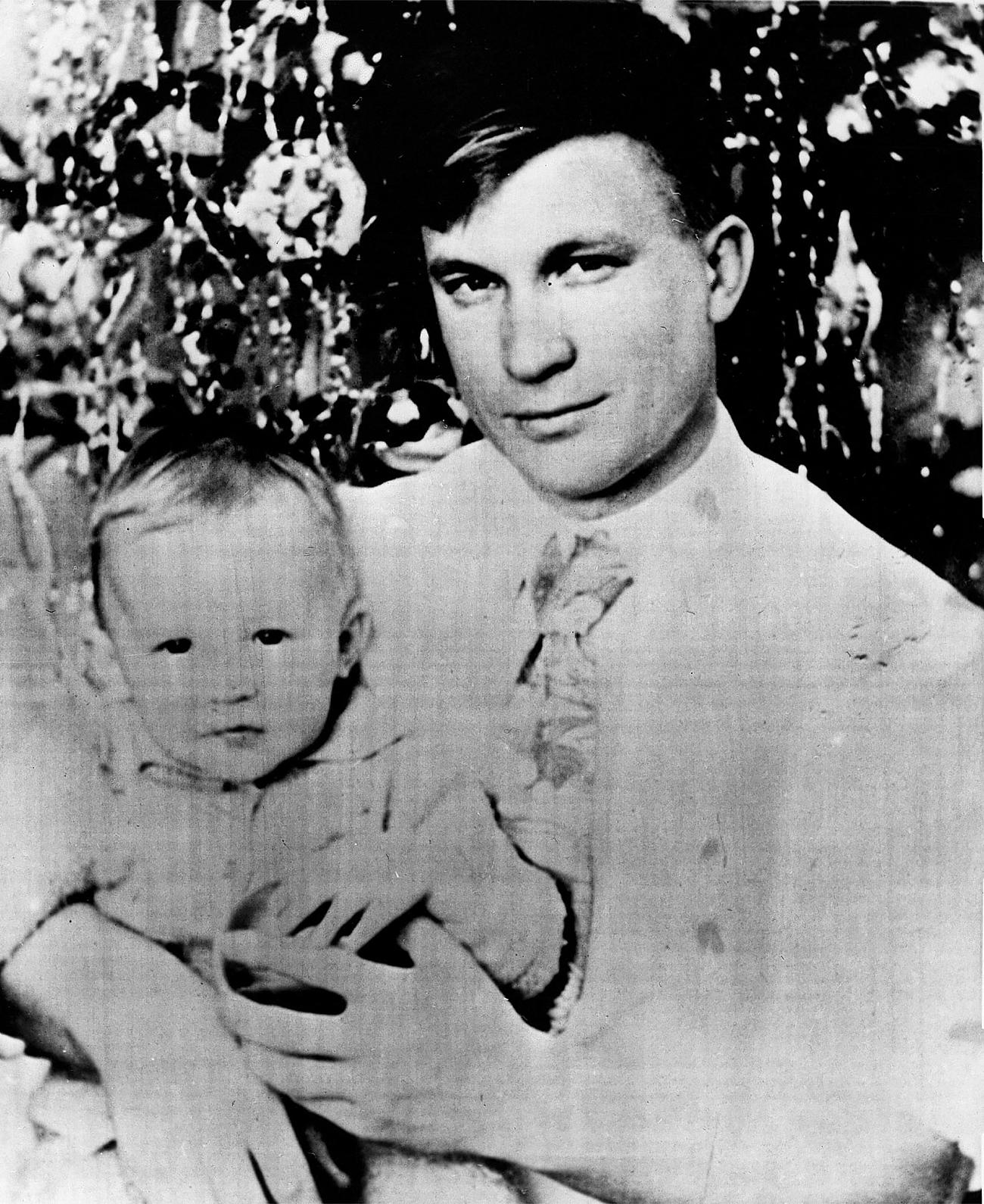 ヴィクトル・ベレンコと息子=AP撮影
