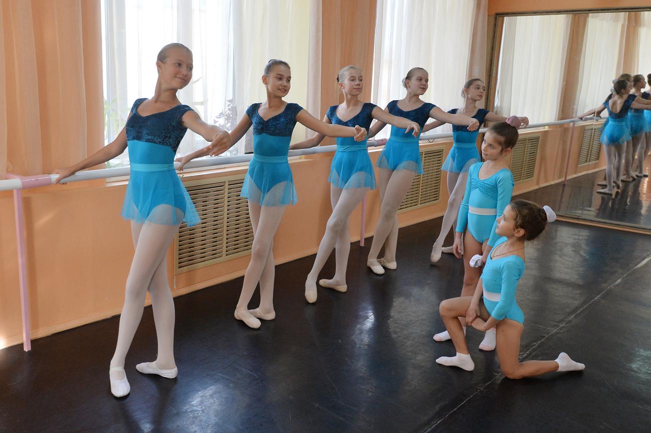 Ученицы во время занятий по хореографии в музыкальной гимназии № 10 в Челябинске.