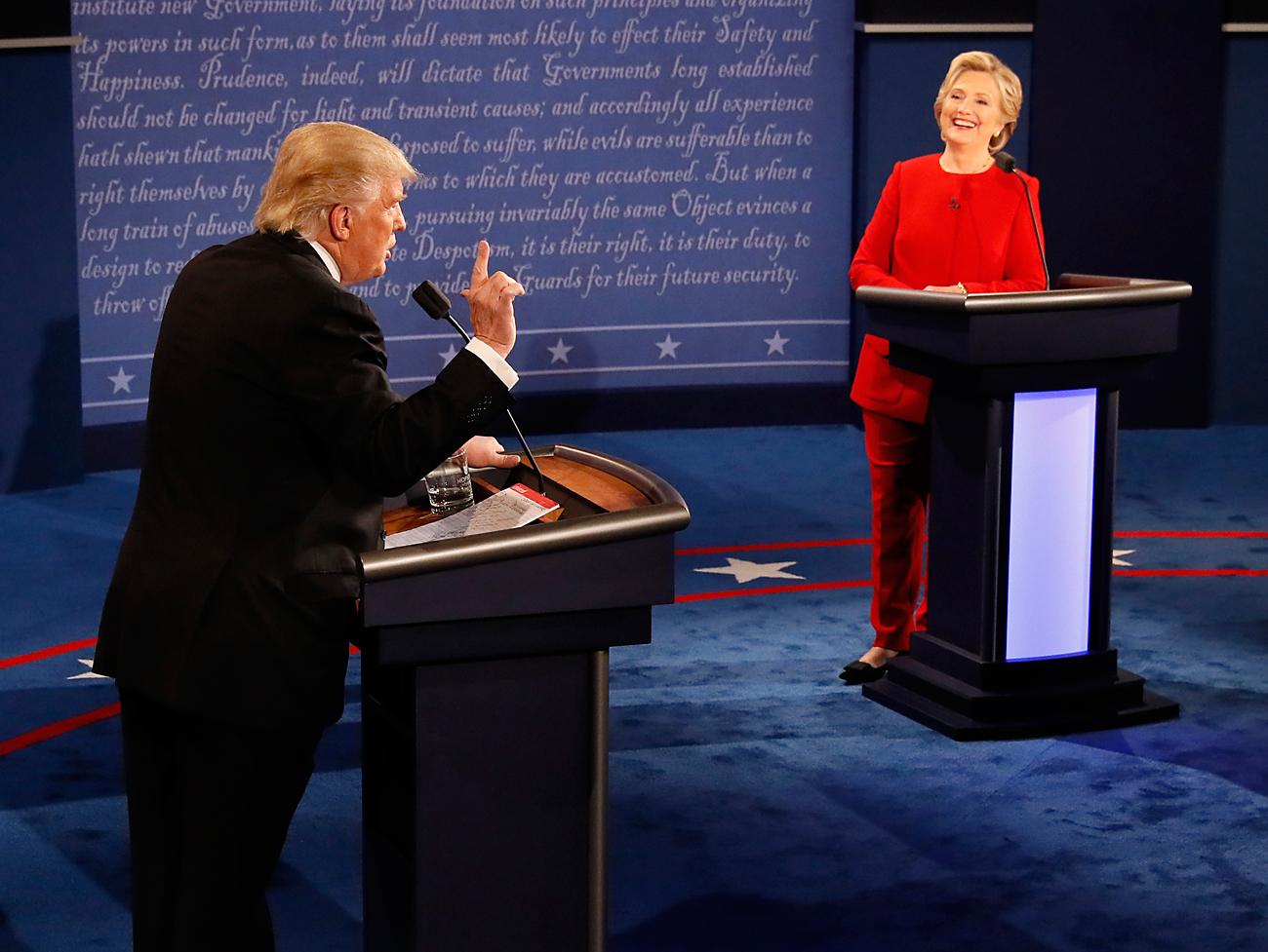 Кандидатът на демократите Хилари Клинтън се усмихва на номинирания от републиканците Доналд Тръмп по време на дебата в Ню Йорк на 26 септември.