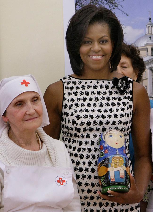 Matrjoška je ruska drvena igračka koja se sastoji od lutki koje se rasklapaju, i unutar kojih se nalaze manje lutke. Broj lutki može varirati. Postoje skupe matrjoške sa stotinama lutki, dok one obične sadrže od 2 do 10 lutki. / Michelle Obama tijekom posjeta školi za medicinske sestre u Moskvi 2009.