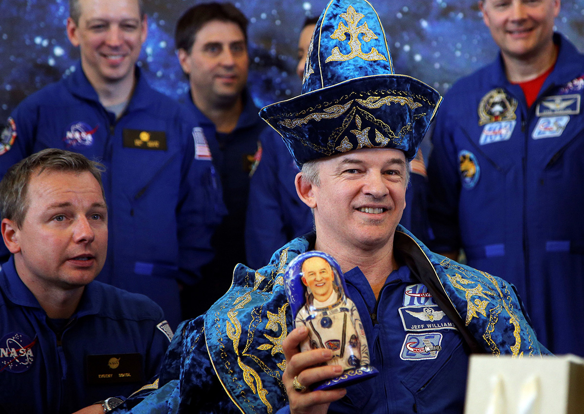 ...ili astronauta NASA-e. / Član posade Međunarodne svemirske postaje Jeff Williams u kazahskoj narodnoj nošnji u ruci drži matrjošku na tiskovnoj konferenciji u Kazahstanu 2016.