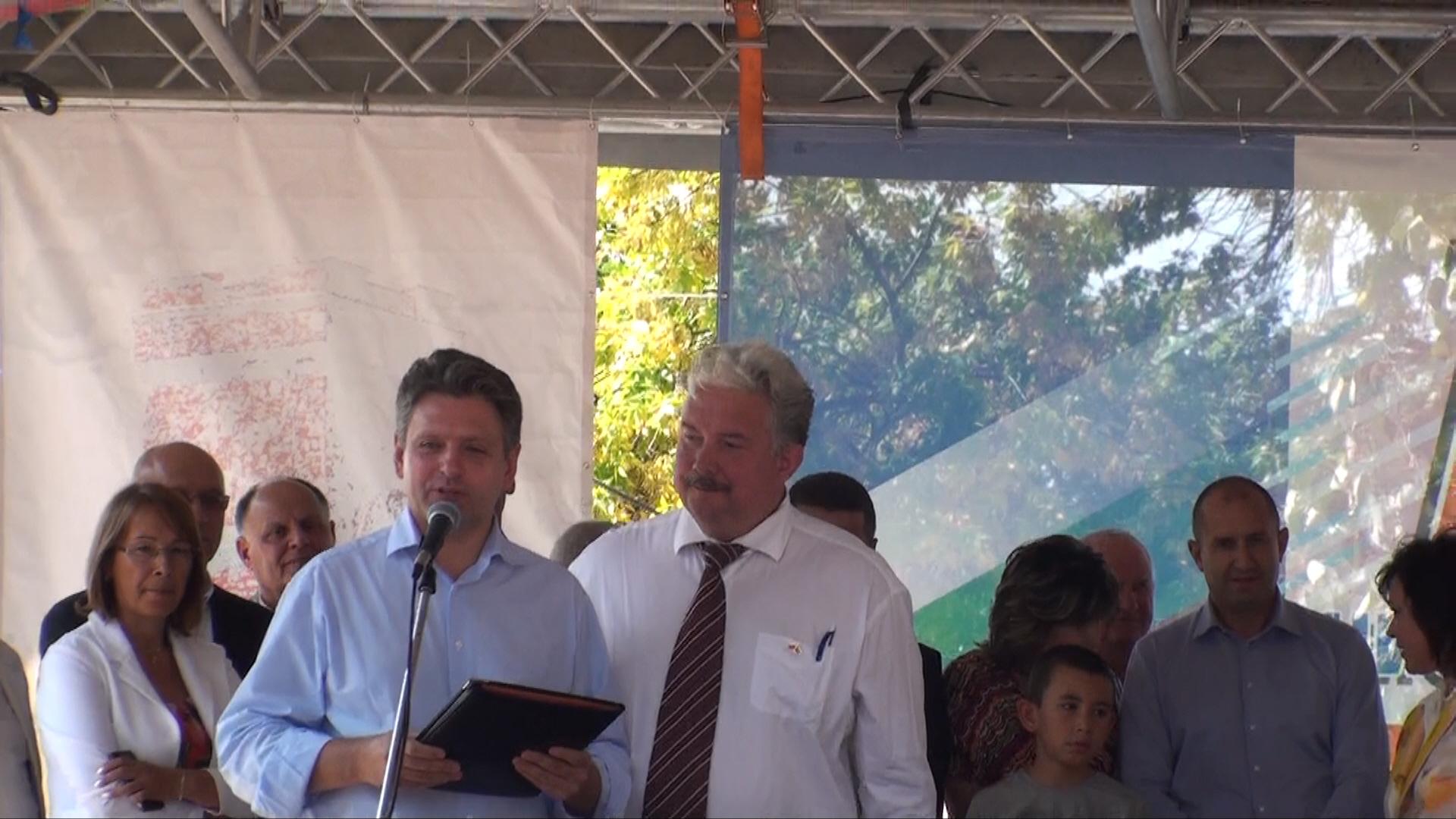 """Председателят на НД """"Русофили"""" Николай Малинов и гостът от Русия Сергей Бабурин поздравяват присъстващите на Събора."""