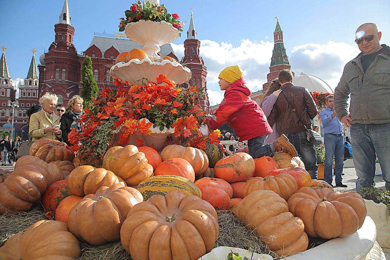 People attend the food festival Golden autumn at the Manezhnaya square in Moscow, Russia, 01 October 2016. The event runs from 23 September to 09 October.v