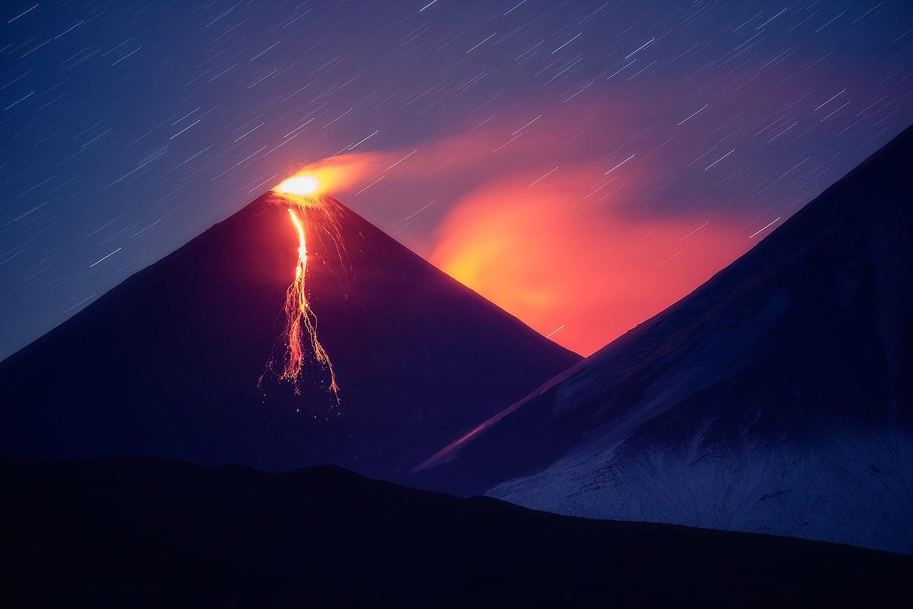 Em Kamtchatka há sempre algum ponto em erupção. Mas todas as ocorrências ao longo dos últimos três anos não são nem de perto comparáveis à erupção do vulcão Plosky Tolbachik nos anos de 2012 e 2013. Nesta foto, é possível ver o material geológico em fusão iluminando a paisagem noturna da encosta sul do vulcão.