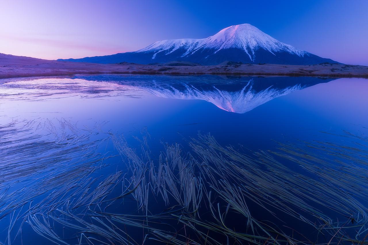 クリュチェフスコイ火山はユーラシアで最も高い活火山。とても活発だから、ほら、今も噴火している。