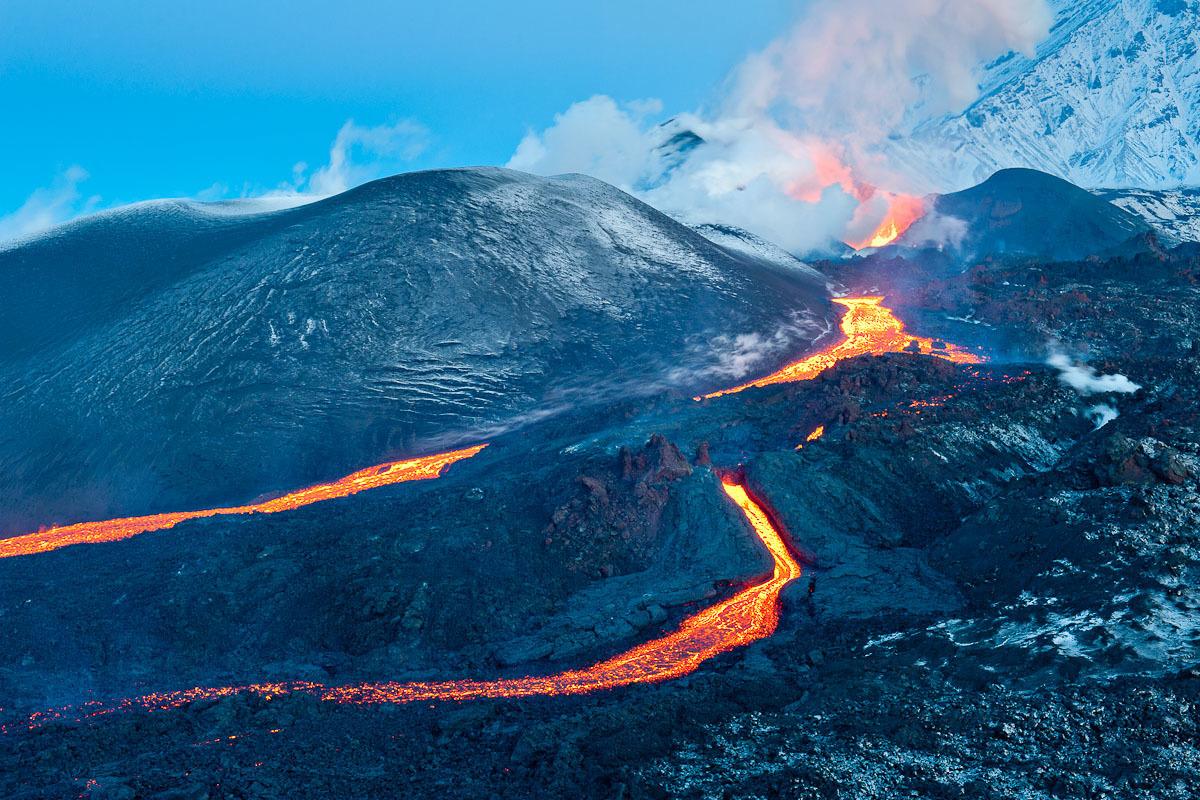 溶岩の川は、2ヶ所の火山学者の基地を破壊した。幸いなことに、被災者はいなかった。火山の活動期は冬だったため、大規模な森林火災も回避できた。