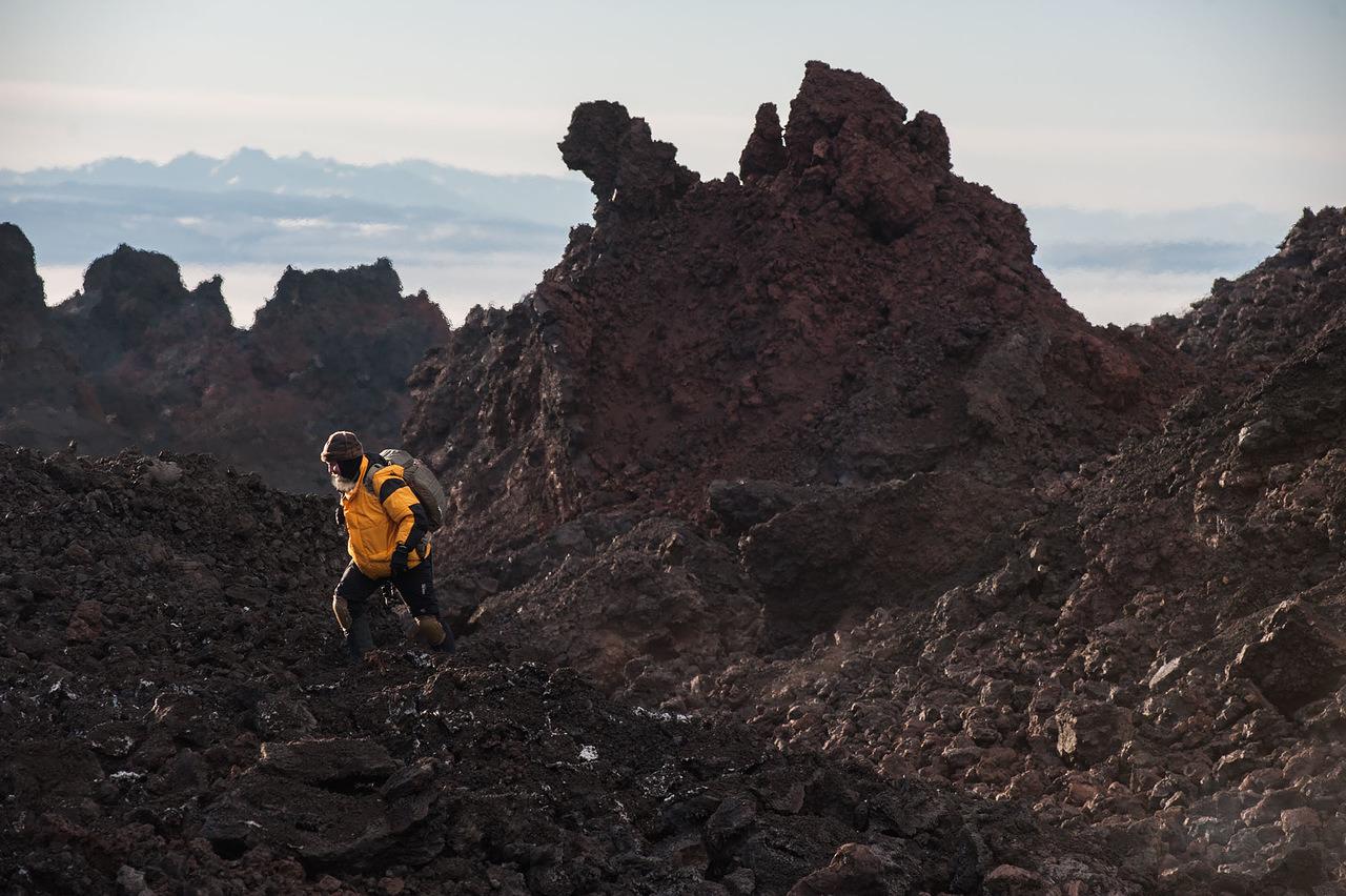一時期、噴火は観光になった。ヘリコプターで火山の上を飛行する観光客がほとんどだったが、壮観な画像や映像を撮影するために、地上に降り、キャンプを設営する人もいた。