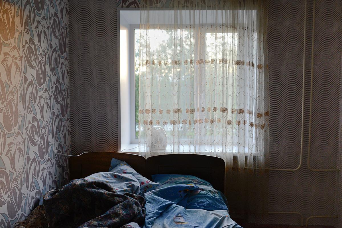 """Il fotografo Sergej Ermokhin ha visitato la città di Murmansk e i villaggi vicini per capire come vivono le persone in quel periodo dell'anno quando il sole non cala mai oltre l'orizzonte. Questo particolare fenomeno astronomico che si verifica nelle regioni polari è conosciuto come """"Sole di mezzanotte"""""""