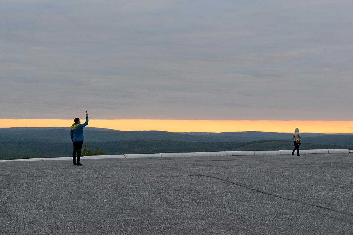 Na ruskem severu leto delijo na polarni dan in polarno noč. Do polarnega dneva pride takrat, ko sonce nikoli ne izgine s horizonta, temveč samo kroži po nebo na koncu dneva (22. maj – 22. julij). Sergej Ermohin odkriva, kakšno je življenje v tem času.