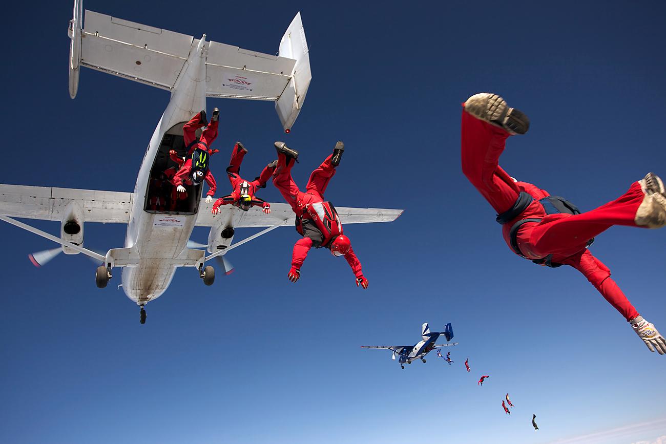 160 parachutistes forment une figure dans le ciel de Kolomna près de Moscou.