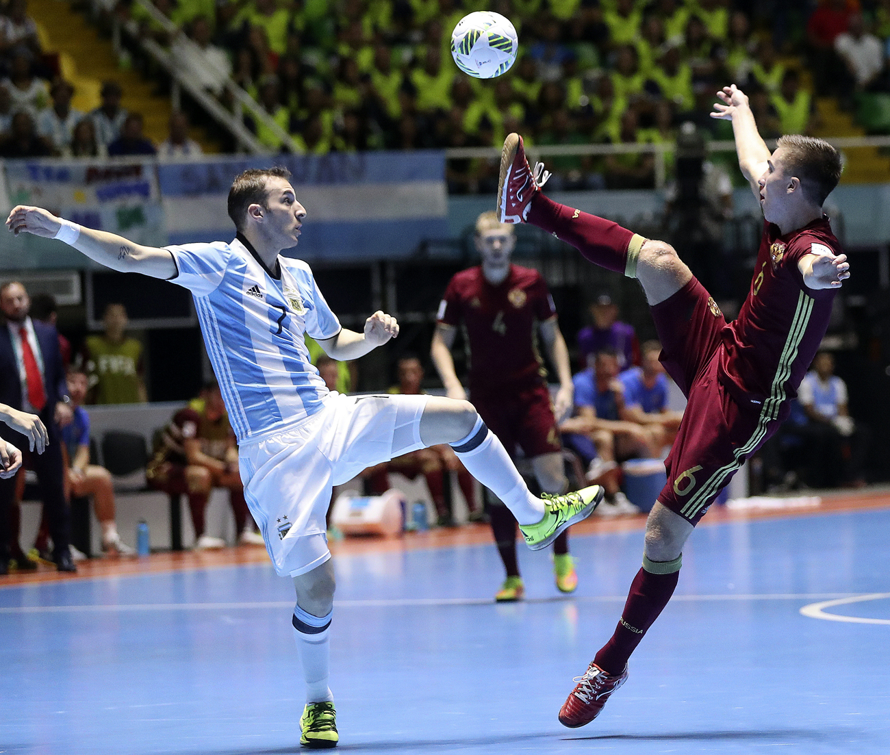 O argentino Leandro Kussolino e o russo Ivan Chishkala disputam a bola durante a final, que resultou em vitória para a Argentina.