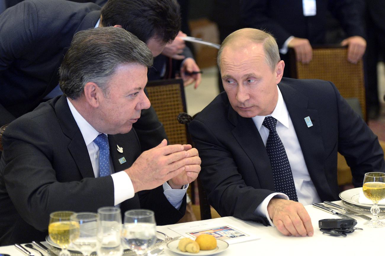 Presidentes colombiano Juan Manuel Santos (esq.) e russo Vladímir Pútin