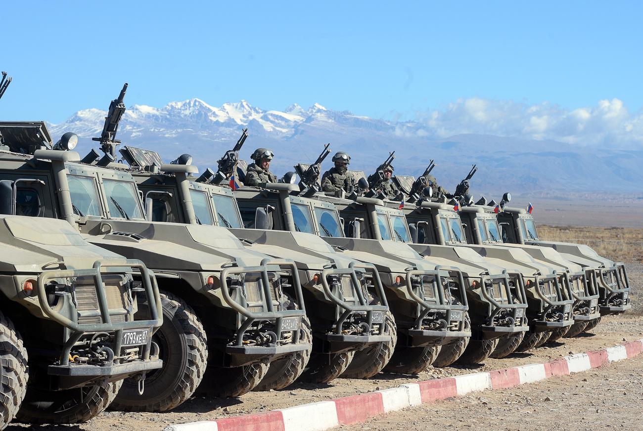 """Vehículos armados Tigr durante los ejercicios tácticos conjuntos """"Frontera-2016"""" llevado a cabo por las fuerzas de reacción rápida de los países miembro del Tratado de Seguridad Colectiva en Balikchi, Kirguistán."""