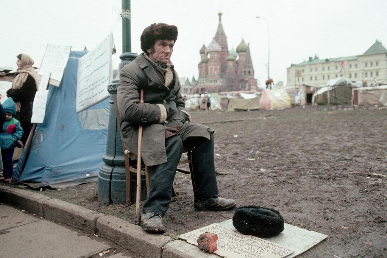 ソ連末期である1980年代、原油価格が暴落し、先立つ1950-78年には4.4%であったソ連経済の平均成長率が1.2%に低下した。=