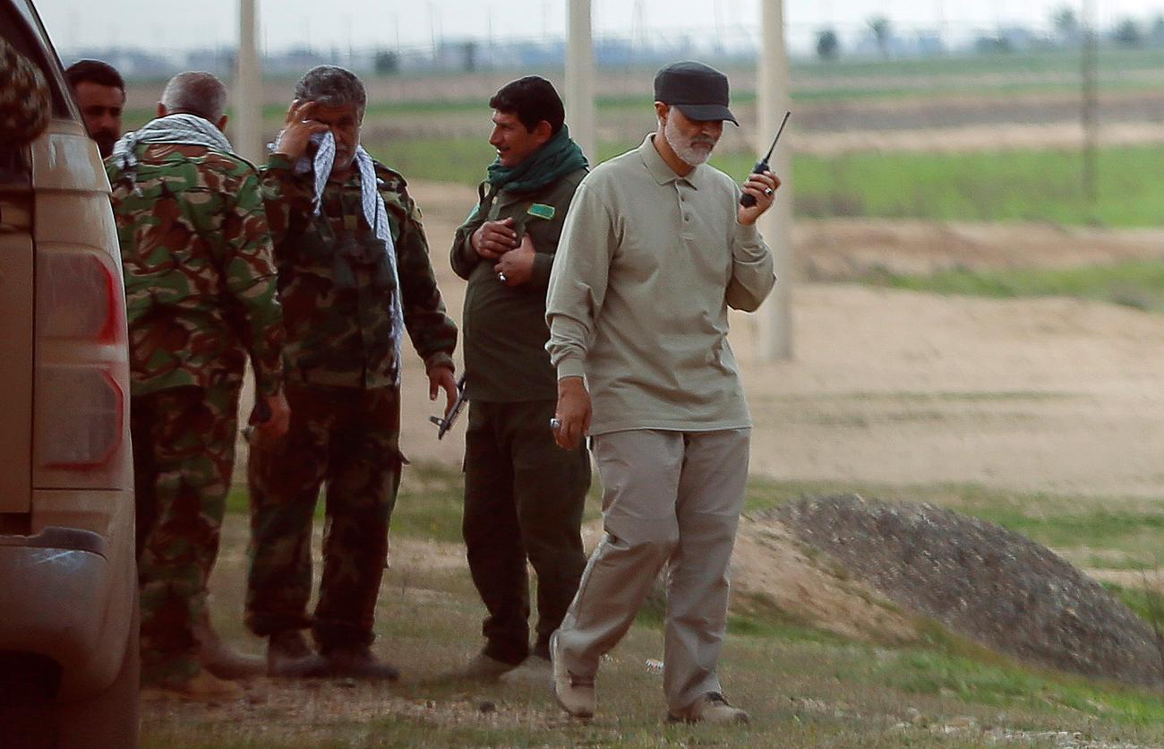 Qassem Soleimani communique par talkie-walkie sur la ligne de front lors des offensives contre l'État islamique. Ville de Tal Ksaiba, province de Salâh ad-Dîn. Crédit : Reuters
