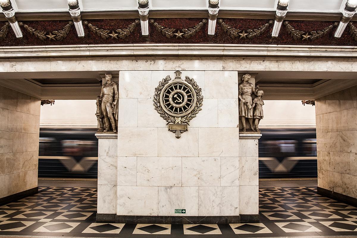 O metrô de São Petersburgo é o mais profundo do país – e o segundo maior. A cidade foi construída sobre pântanos, de modo algumas estações estão situadas a 100 metros debaixo do solo. Algumas delas, construídas durante o período soviético, são tão opulentas como os muitos palácios imperiais que pontilham a cidade.