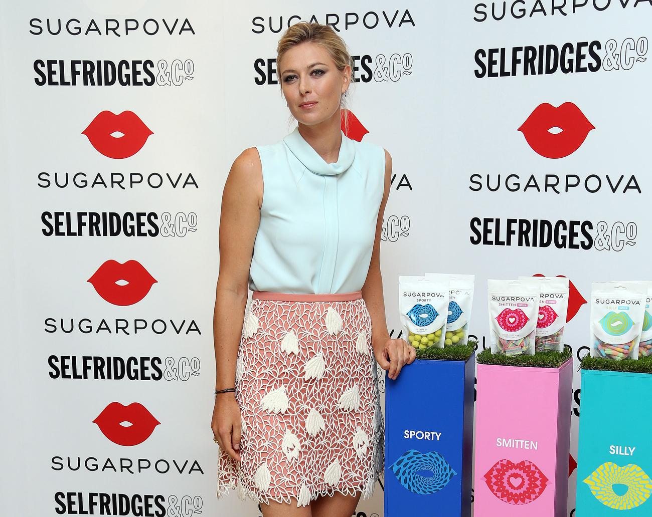 Bintang tenis Rusia Maria Sharapova berpose untuk foto dalam acara peluncuran Sugarpova, produk aneka permen terbarunya di toko Selfridges di pusat kota London. Sumber: AP