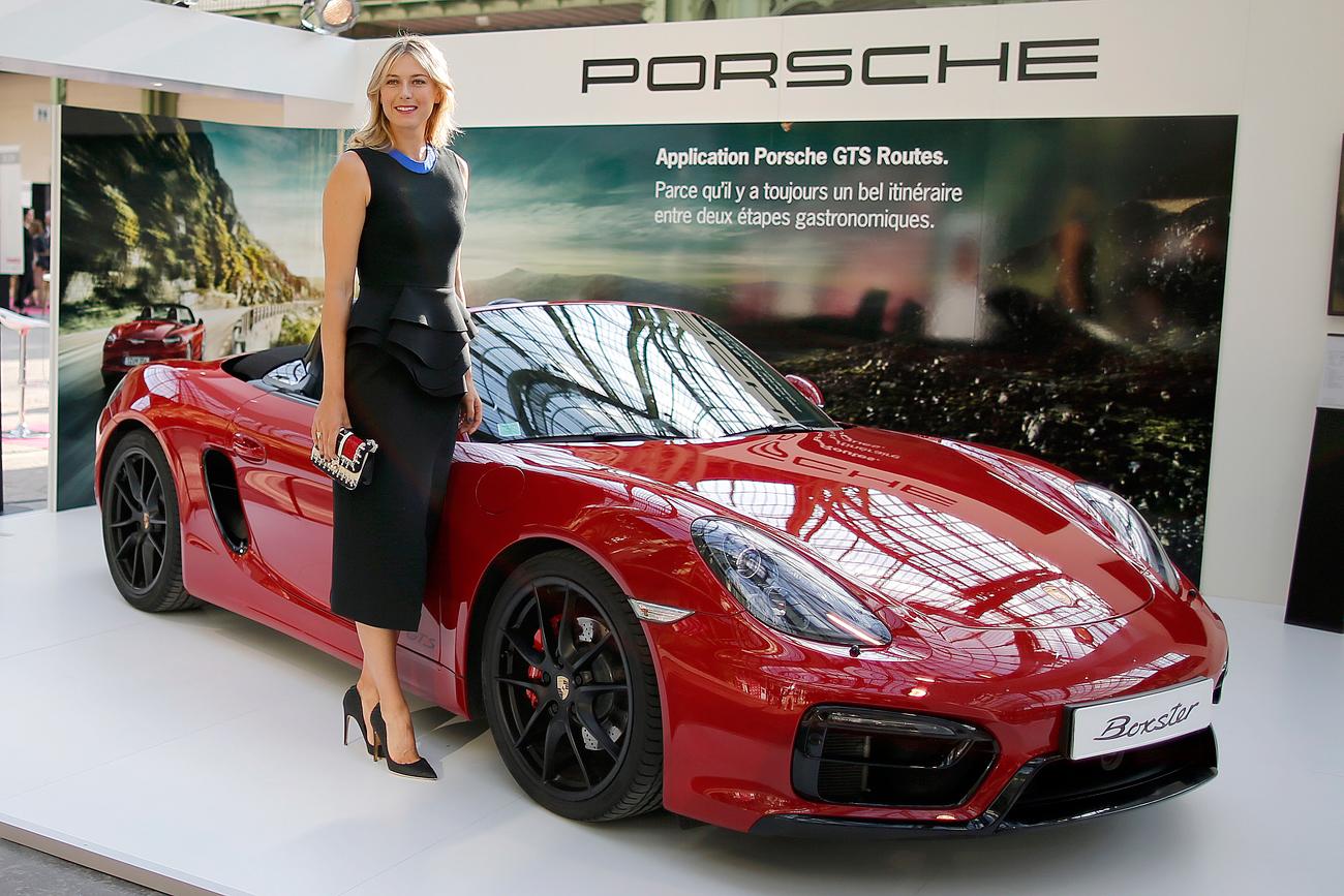 Maria Sharapova berpose di sebelah mobil Boxster Porsche saat ia mengunjungi Taste Festival di Grand Palais di Paris, Prancis. Sumber: Reuters