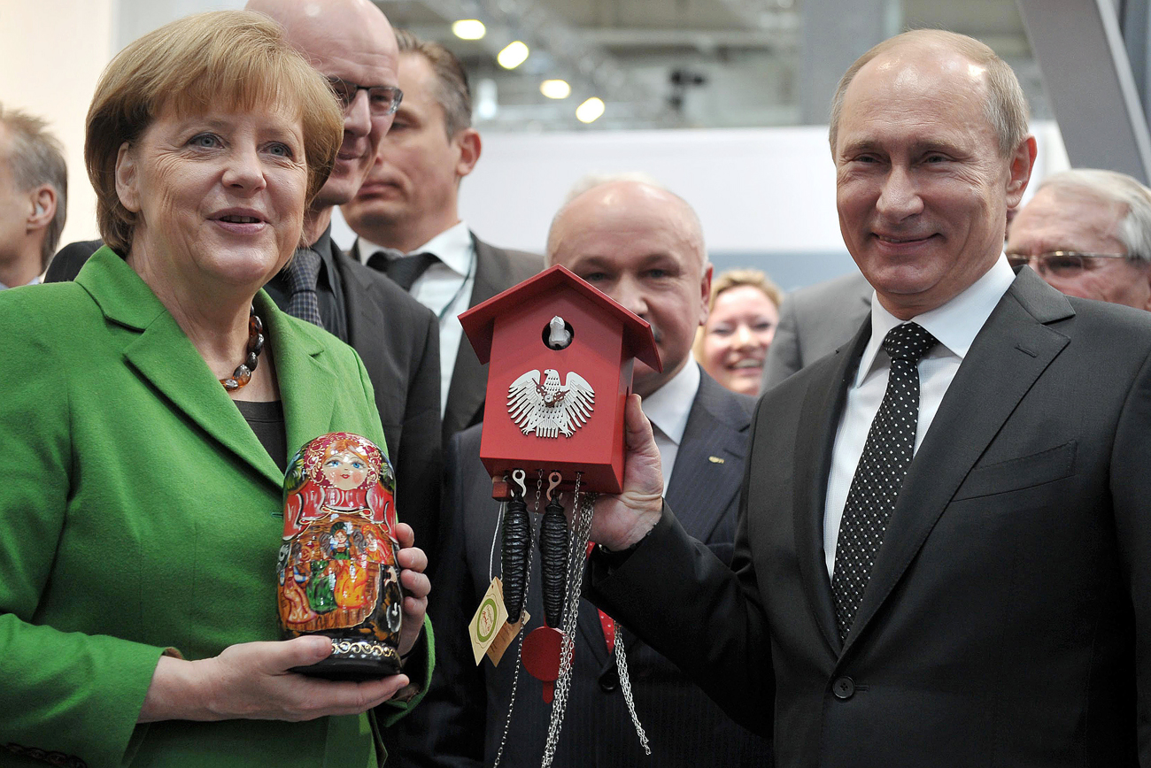 German Chancellor Angela Merkel (L) and Russian President Vladimir Putin (R) visit the industrial fair Hanover Fair in Hanover, Germany, 08 April 2013. Vladimir Putin is on a two-day working visit in Germany