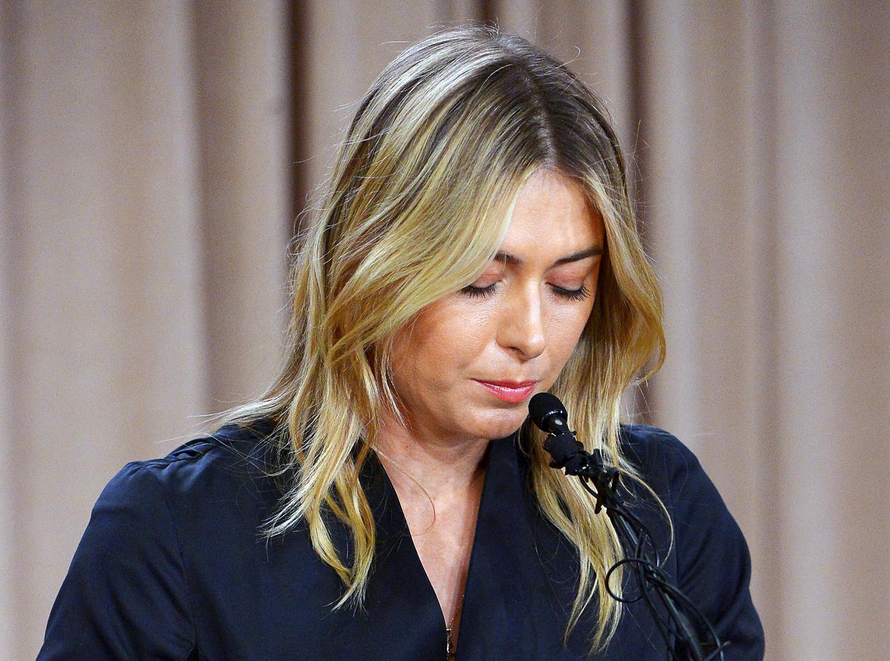 Maria Sharapova berbicara pada awak media selama sesi konferensi pers yang mengonfirmasi bahwa sang petenis Rusia telah gagal dalam tes doping setelah turnamen Australia Terbuka, di LA Hotel Downtown, Los Angeles, California, Amerika Serikat, Selasa (8/3).