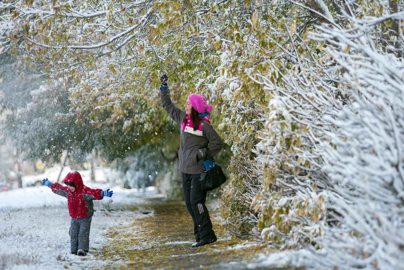 Niño y mujer juegan con la nieve en la ciudad siberiana de Omsk, tras una de las primeras nevadas del año.