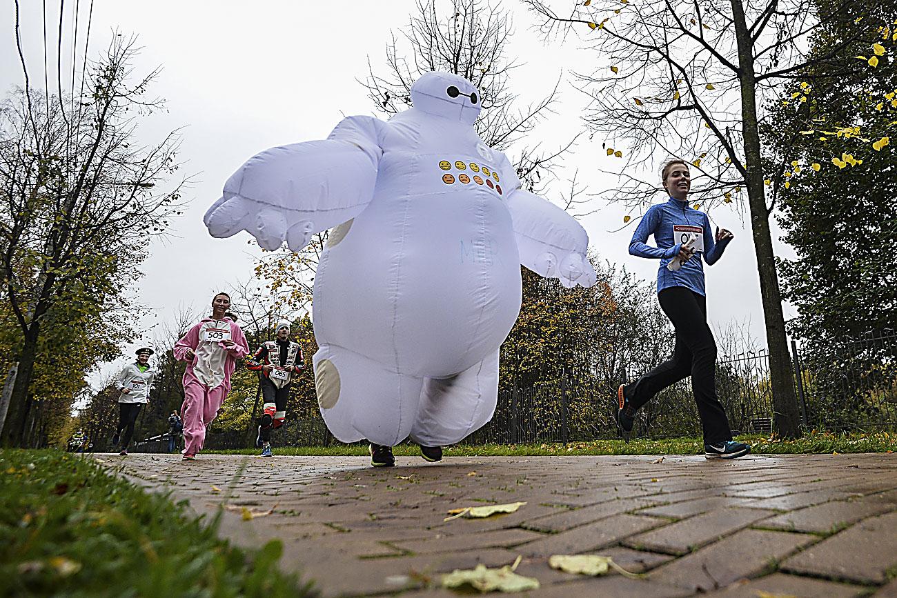 """Учесници во трката """"Суперхерој"""" во паркот Соколники во Москва."""