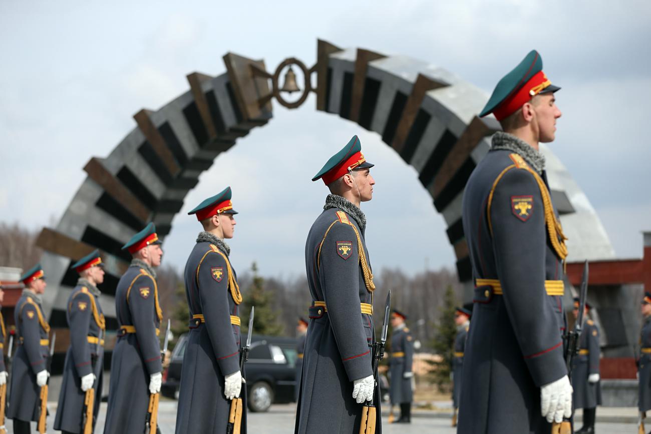 2001年、プーチン大統領令により、モスクワ州ムィチシチンスキー地区にソ連およびロシアの大統領、ソ連最高会議幹部会および国会の議長、ソ連邦閣僚会議の議長、ロシアの首相の連邦軍事記念墓地が設置された。=