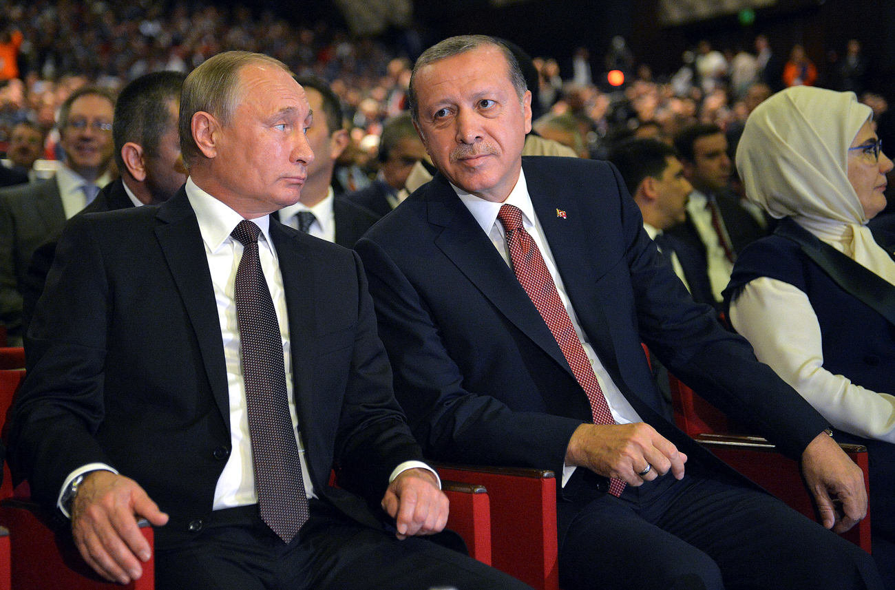 Russian President Vladimir Putin (L) and Turkish President Tayyip Erdogan attend a session of the World Energy Congress in Istanbul, Turkey